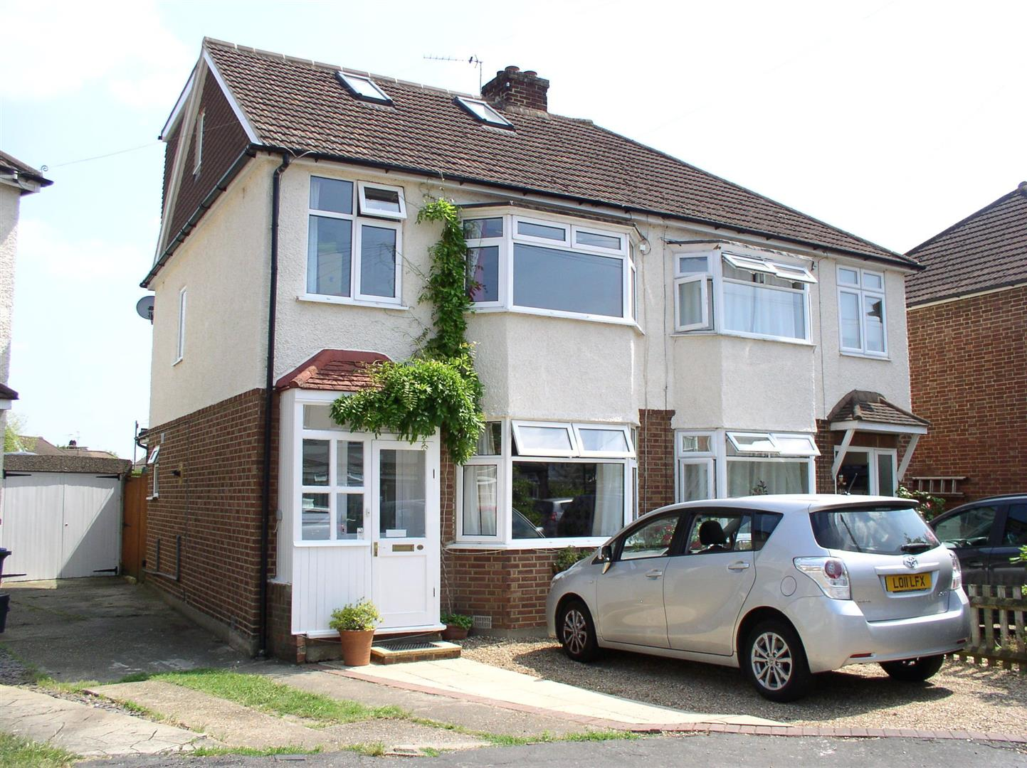 4 Bedrooms Property for sale in Monks Crescent, Walton-On-Thames
